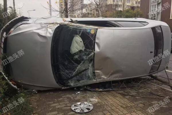 泗阳一女司机市民西路铲倒三棵树,车翻玻璃